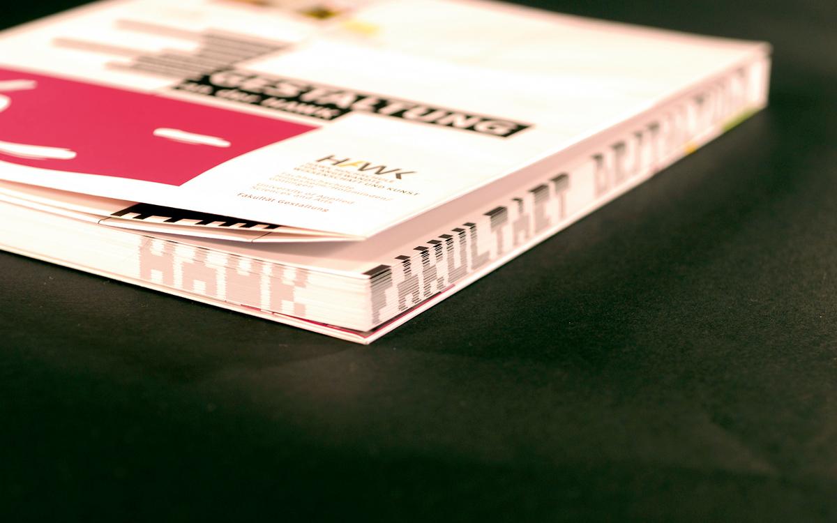 Im Buchschnitt erscheint der Schriftzug HAWK Fakultät Gestaltung.