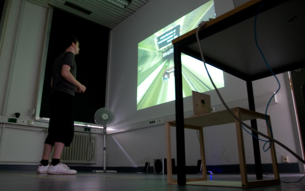 Ein Ultraschallsensor misst die Entfernung zum Spieler, der dadurch den Gleiter steuern kann.