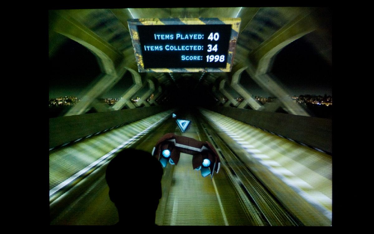 Der Spieler steht direkt hinter dem Gleiter und muss Gegenstände einsammeln oder ihnen ausweichen.