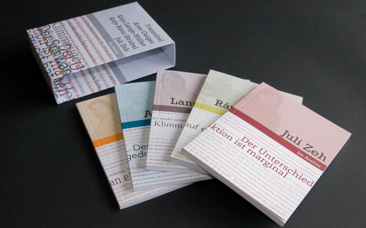 Fünf Bücher sind im Schuber enthalten. Jeder Autor hat sein eigenes Buch.
