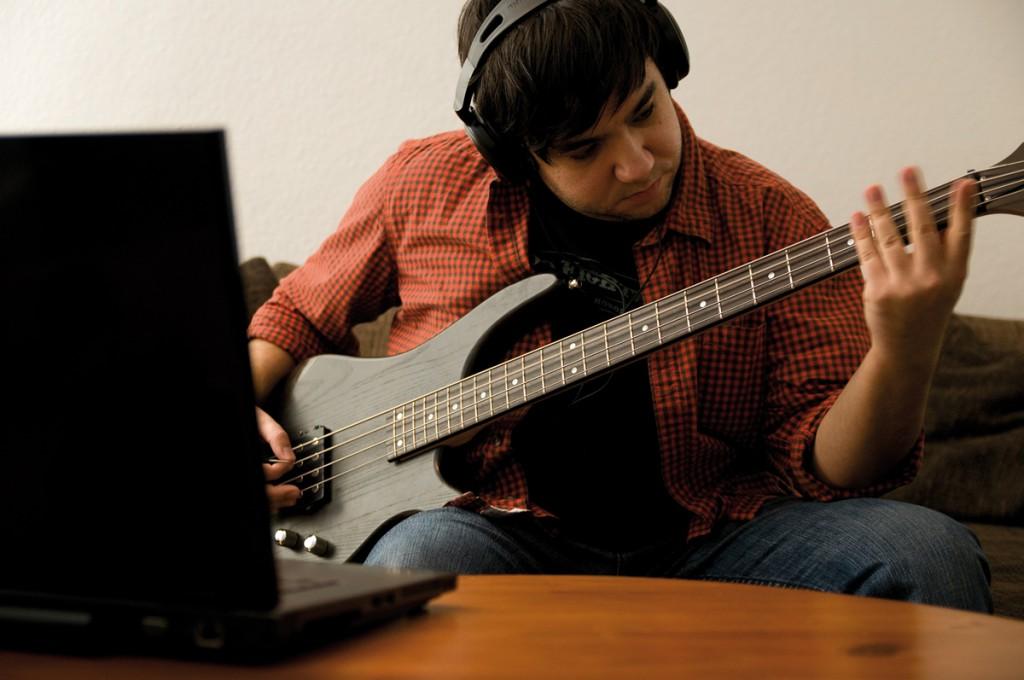 Gespielt wird mit dem eigenen Instrument und Kopfhörern.